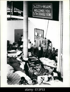 Mar. 22, 2012 - les réfugiés cubains appellent parents et amis à partir d'une banque de téléphone installé sous Banque D'Images