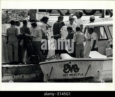 Avril 04, 2012 - Imagration nouvellement arrivés d'aide les réfugiés cubains à partir d'un bateau dans la région de Key West.