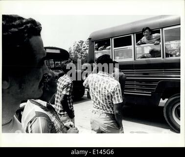 Avril 04, 2012 - Nouveau arrivant à parler des réfugiés cubains réfugiés déjà traitées à la tente dans la ville Fort Walton Beach fairgrounds/Base aérienne d'Eglin.