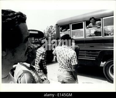 Avril 04, 2012 - Nouveaux arrivants réfugiés cubains parler aux réfugiés déjà traitées à la tente dans la ville Fort Walton Beach fairgrounds/Base aérienne d'Eglin.