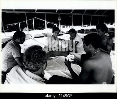 Avril 04, 2012 - les réfugiés cubains passer le temps dans la ville des tentes à Ft. Walton Beach par cartes à jouer.