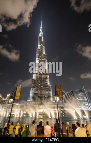 Emirats Arabes Unis, Dubaï, Burj Khalifa, le plus haut bâtiment du monde. Des fontaines. Nuit Banque D'Images