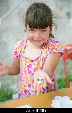 Caucasian girl holding a peint rock Banque D'Images