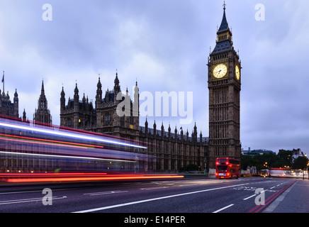 Time Lapse view d'un autobus qui passe Chambres du Parlement, Londres, Royaume-Uni Banque D'Images
