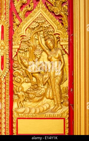 Sculpture Bouddha Doré sur la porte,Thailand Banque D'Images