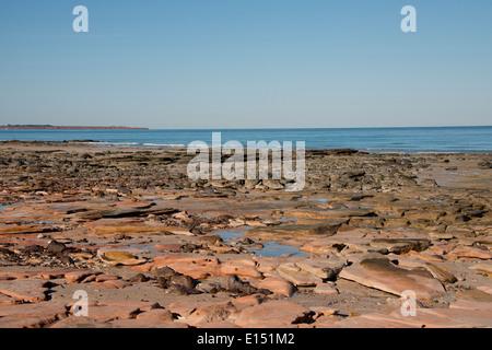 L'Australie, Australie occidentale, Broome. Cable Beach, vue sur l'Océan Indien avec Gantheaume Point et phare dans Banque D'Images
