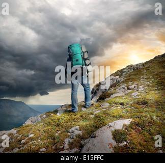 Backpacker en montagne sous les nuages de tonnerre Banque D'Images