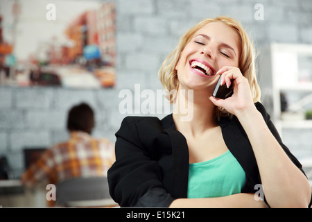 Laughing woman l'office in office Banque D'Images