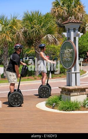 Deux personnes sur une visite guidée de Hilton Head SC en utilisant du segway PT pour obtenir autour de Banque D'Images