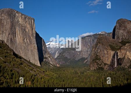 La Vallée Yosemite avec El Capitan et Bridalveil Fall dans le premier plan avec Demi Dôme dans la distance de vue de tunnel.