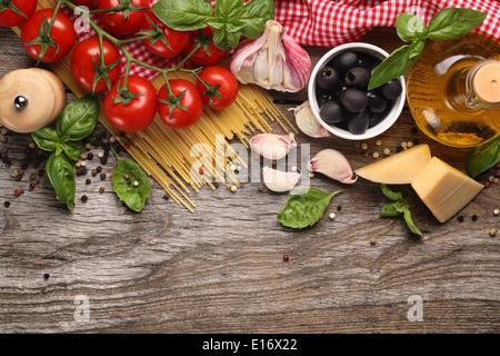 Ingrédients alimentaires italiennes sur fond de bois Banque D'Images