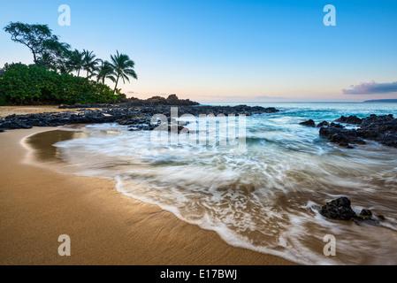 Lever du soleil sur la magnifique plage secrète et isolée à Maui, Hawaii. Banque D'Images