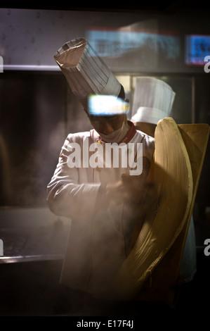 Cuisine dans un restaurant de nouilles de Pékin, Qianmen Banque D'Images
