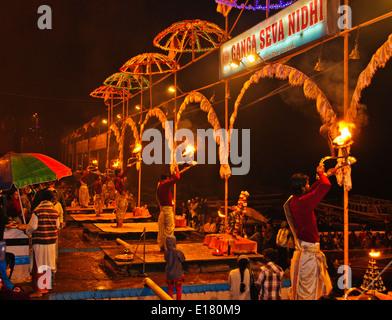 Ganga River,le Gange Ghats,Soirée,Aarti Salutations à la rivière,lampes à huile, cloches,chants,Varanasi, Benares, Banque D'Images