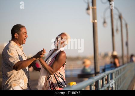 Senior couple dancing on pier Banque D'Images
