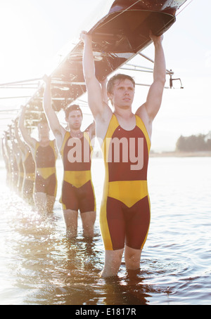 Bateau transportant l'équipe d'aviron sur le lac de frais généraux Banque D'Images