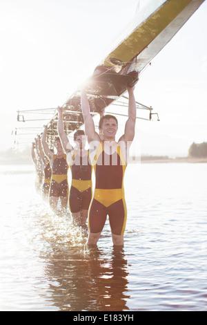 L'équipe d'aviron de godille comptable frais généraux dans le lac Banque D'Images