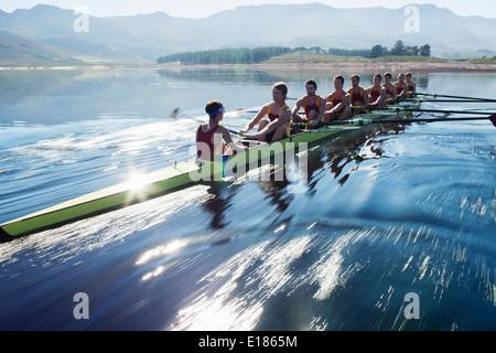 L'équipe d'aviron de godille d'aviron sur le lac Banque D'Images