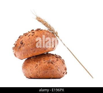 Pain à hamburger ou le rouleau et l'oreille de blé isolé sur fond blanc dentelle Banque D'Images