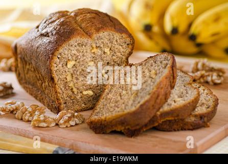 Un pain aux bananes fraîchement préparés avec des noix. Banque D'Images