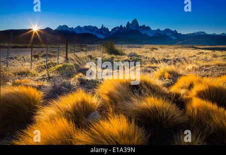 Le mont Fitz Roy est une montagne située près de El Chaltén village de Patagonie, à la frontière entre l'Argentine Banque D'Images