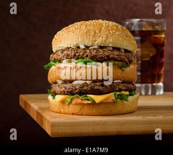 Double cheeseburger avec cola Banque D'Images