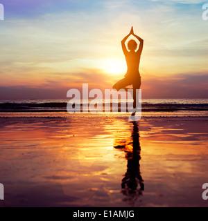 Yoga sur la plage, concept de vie sain Banque D'Images