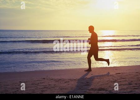 Mode de vie sain, silhouette de runner sur la plage