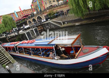 Péniche sur le canal à Camden Lock à Londres Banque D'Images