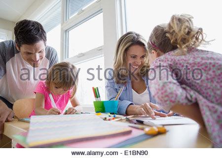 La fabrication du papier de la famille de l'artisanat à table Banque D'Images