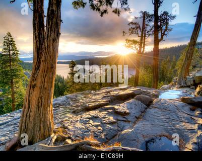 Lever de soleil sur l'Emerald Bay avec Eagle Creek et Fannette Island, Lake Tahoe, en Californie. Banque D'Images