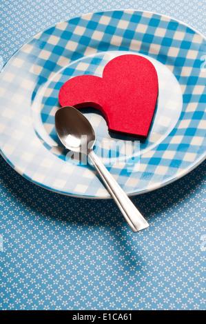 Valentine heart shape partiellement mangés sur une plaque, affamé pour love concept Banque D'Images