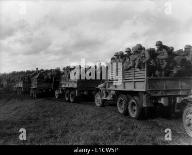 Des soldats de l'Japonais-américain 442e Régiment en camions dans le nord-ouest de la France, sept-oct. 1944. Ils Banque D'Images