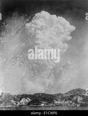 Photo de l'explosion de la bombe d'Hiroshima à partir d'une photo prise à Kure, Japon. Le 6 août 1945. La Seconde Banque D'Images