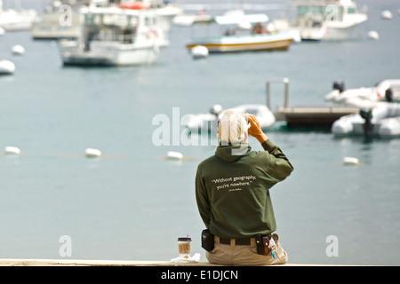 """""""Sans la géographie, vous êtes va nulle part' Man boit du café au bord de l'eau à Avalon, Catalina Island, Californie. Banque D'Images"""