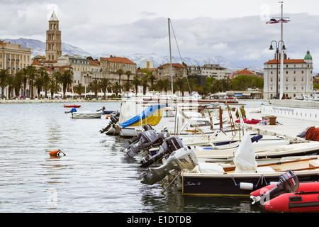 Les bateaux de pêche sont amarrés à matejuska split en Croatie. à l'arrière-plan est vu la promenade Riva et la Banque D'Images