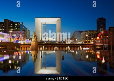 France, Paris, La Grande Arche de la Défense par l'architecte Otto von Spreckelsen la nuit