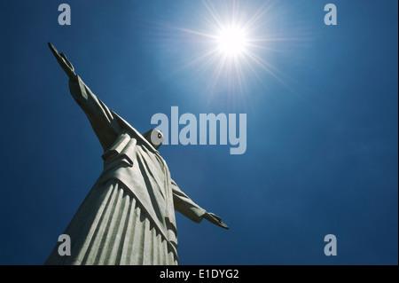 RIO DE JANEIRO, Brésil - 20 octobre 2013: la statue du Christ rédempteur de Corcovado sous soleil. Banque D'Images