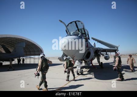 U.S. Marine Corps pilotes avec des armes et des tactiques de l'Aviation maritime Squadron 1 Effectuer des vérifications après-vol sur un EA-6B Prowler air