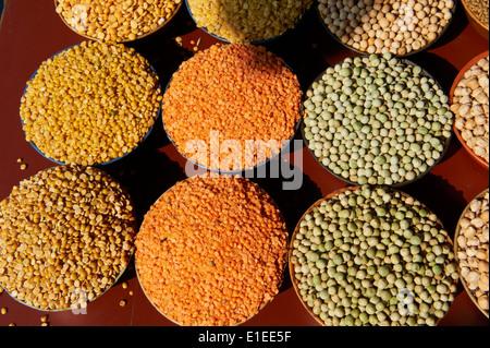 L'Inde, Etat du Kerala, Calicut kozhikode ou marché, lentilles, pois secs, haricots ou Banque D'Images