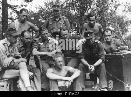 """Texte de propagande! De Nazi nouvelles rapports sur le dos de l'image: '/rapports sur la V-1. Des rapports sur l'avant V-1 sont reçus avec enthousiasme par les combattants du Front de l'Est."""" Photo prise à un endroit inconnu, à l'Eastern Front, publié le 25 juillet 1944. (Les défauts de la qualité sont dues à la photo historique exemplaire) Photo: Berliner Verlag/Archive - AUCUN FIL SERVICE -"""