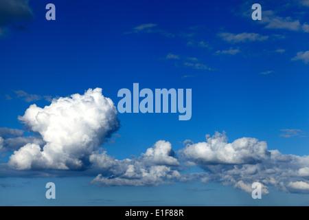 Nuages blancs, ciel bleu ciel nuage UK Banque D'Images