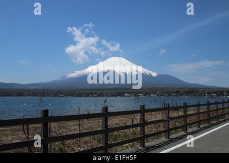 Mt.Fuji au lac Yamanaka, Yamanashi, Japon Banque D'Images