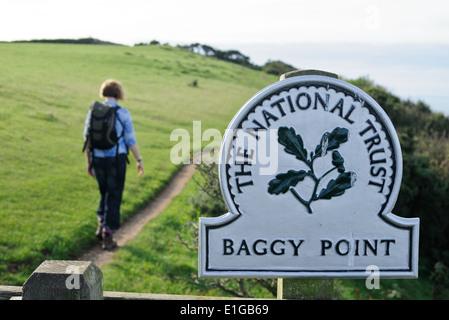 Un marcheur sur le chemin côtier du sud-ouest sur Baggy Point près de à Croyde dans le Nord du Devon. Banque D'Images