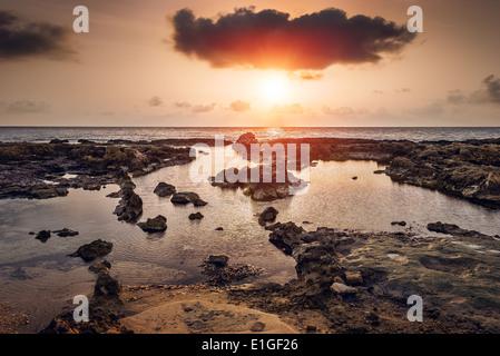 Coucher de soleil sur la mer et la côte rocheuse à Mahdia, Tunisie Banque D'Images