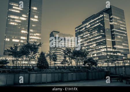 Les gratte-ciel du quartier de Gangnam de nuit à Séoul, Corée du Sud. Banque D'Images