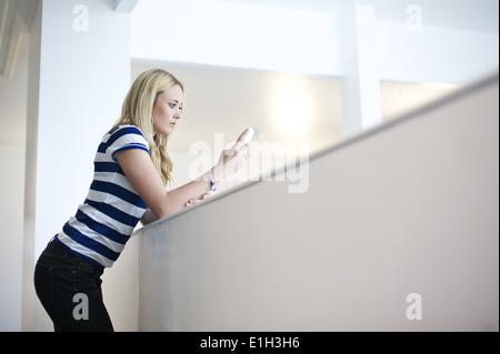 Les jeunes femmes à l'aide de mp3 player Banque D'Images