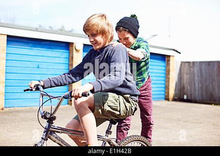 Garçon ami donner un tour à dos de vélo Banque D'Images