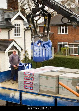 L b timent maison la livraison de mat riaux de construction a t lev partir de son camion - Materiaux de construction de maison ...