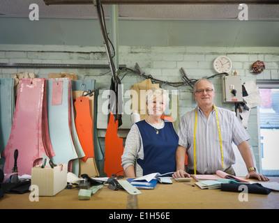 Mari et femme propriétaire d'usine de confection, portrait Banque D'Images